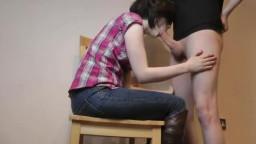 Emo fille en bottes suce et baise sur une chaise