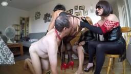 Slave soumis à trois travestis